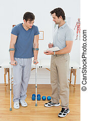 mandlig, terapeut, diskuter, rapporter, hos, en, disabled, patient