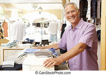 mandlig, udsalg medhjælper, hos, checkout, i, beklæde oplagr