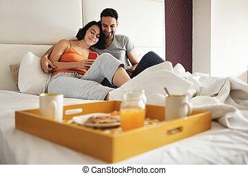 manger, épouse, lit, téléphone, utilisation, petit déjeuner, mari