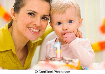 manger, anniversaire, mère, gâteau, portrait, gosse