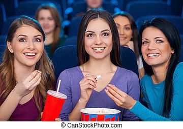 manger, cinéma, film, cinema., regarder, filles, jeune, ensemble, quoique, soude, pop-corn, boire, femmes heureuses