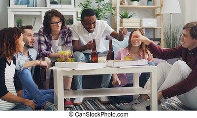 manger, collations, haut-cinq, conversation, pendant, maison, fête, amis, heureux