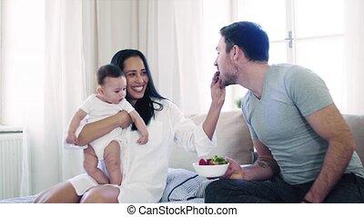 manger, couple, jeune, lit, intérieur, bébé, strawberries., heureux