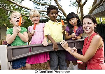 manger, enfants, popsicles, cour de récréation, prof, préscolaire