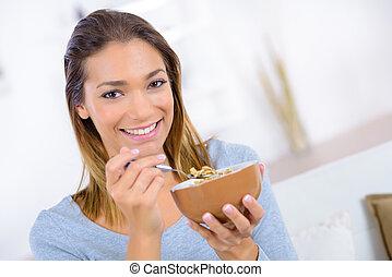 manger, femme, céréales, jeune