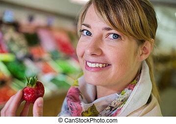 manger, femme, fraise