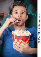 manger, film regardant, cinema., hommes, jeune, cinéma, pop-corn, excité