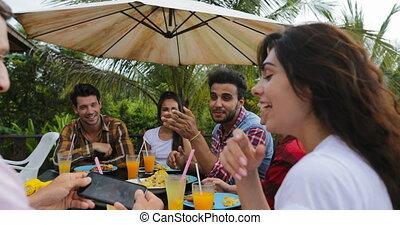 manger, gens, communication, séance, amis, jeune, conversation, closeup, terrasse, dehors, groupe, sourire, table, heureux