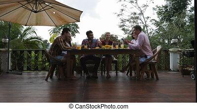 manger, gens, communication, séance, amis, jeune, conversation, terrasse, dehors, groupe, sourire, table, heureux