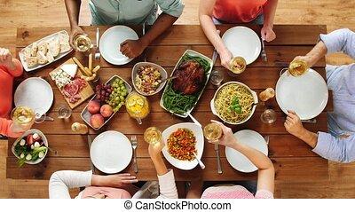manger, gens, groupe, table, vin buvant
