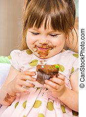 manger, glaçage, elle, figure, gâteau anniversaire, girl