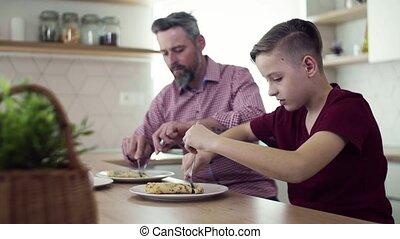 manger, pancakes., séance, père, fils, intérieur, mûrir, petit, table