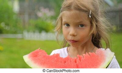 manger, petite fille, pastèque