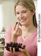 manger, raisins, femme