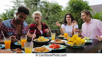 manger, séance, nourriture, communication, gens, jeune, groupe, conversation, terrasse, dehors, table, amis