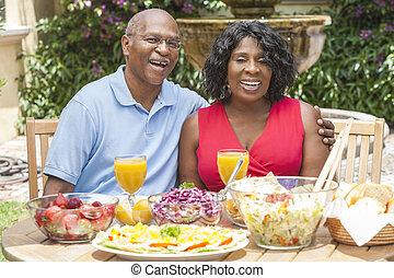 manger, sain, couples dehors, américain, africaine, personne agee