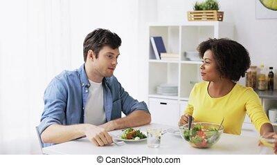 manger, salade, couple, légume, maison, heureux