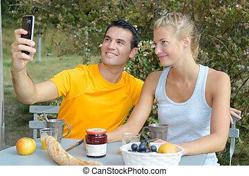 manger, selfie, prendre, quoique, dehors, petit déjeuner, couple