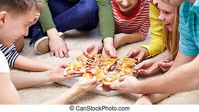 mangiando, chiudere, casa, felice, amici, pizza
