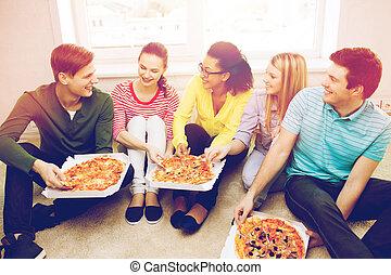 mangiare, adolescenti, cinque, casa, sorridente, pizza