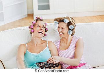 mangiare, amici, cioccolato, capelli, ridere, femmina, divano, casa, rulli