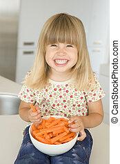 mangiare, appiccicare, giovane, carota, ragazza sorridente, cucina