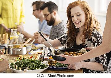 mangiare, donna sorridente, patate cotte forno