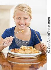 mangiare, fish, giovane, dentro, ragazza, patatine fritte, sorridente