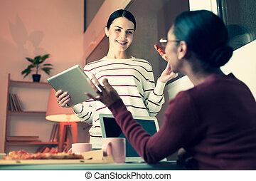 mangiare, lavoro, due donne, discutere, pizza