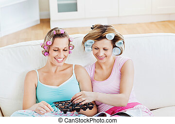 mangiare, positivo, cioccolato, capelli, rivista, rulli, femmina, divano, casa, lettura, amici