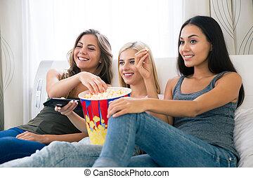 mangiare, tv guardante, tre, amiche, popcorn, felice