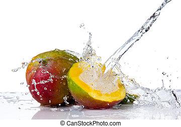 mango, en, agua, salpicadura, aislado, blanco, plano de fondo