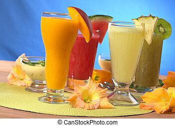mangue, ananas, pastèque, et, kiwi, smoothies, entouré, par, glaïeul, fleur, (selective, foyer, foyer, sur, les, mangue, et, ananas, smoothies, dans, les, front)