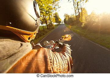 manhã, biker, montando, ensolarado, motocicleta