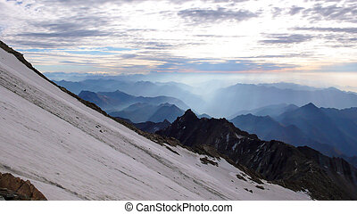 manhã, e, alvorada, atmosfera, em, alpes, de, suíça, com, um, íngreme, geleira, em, a, primeiro plano, e, filas, de, nebuloso, montanhas, atrás de, sob, um, céu nublado