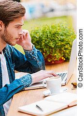 manhã, inspiration., concentrado, homem jovem, trabalhar, laptop, enquanto, sentando, em, bar calçada