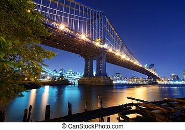 Manhattan Bridge in New York - The Manhattan Bridge Spans ...