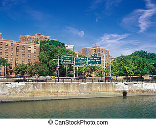 Manhattan. Harlem quay. - Residential homes on the bank of ...