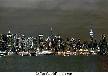 Manhattan skyline - A view of midtown Manhattan from New...