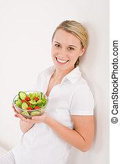 manière vivre saine, -, femme souriante, à, légume, salade