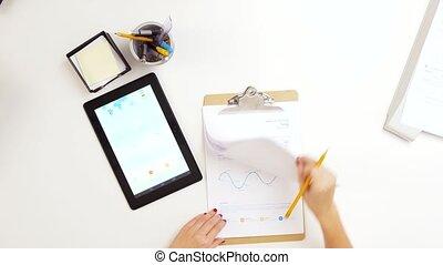 mani, con, appunti, e, grafico, su, tavoletta, computer