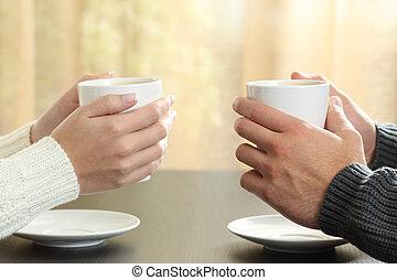 mani, di, coppia, con, tazze caffè