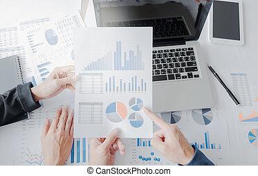 mani, finanziario, affari, lavorativo, laptop, tavoletta, scrivania, piano, squadra, colpo, ufficio, vista superiore