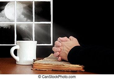 mani pregano, su, vecchio, bibbia