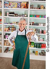 manlig, ägare, stående, mot, hyllor, in, supermarket
