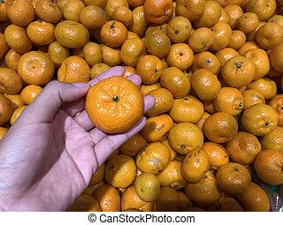 manlig, apelsiner, hand, frisk, hålla, marknaden