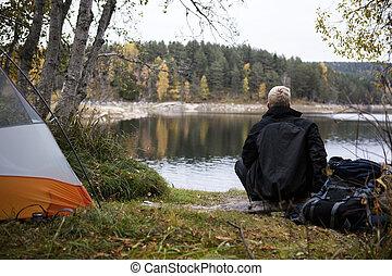 manlig, backpacker, avnjut, den, synhåll, av, insjö, hos, lägerplats