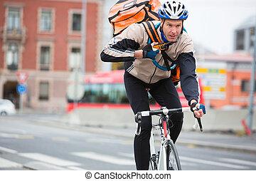 manlig, cyklist, med, kurir, leverans, väska, ridning cykel