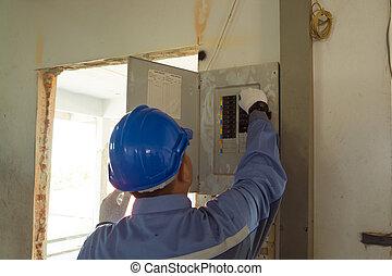 manlig, elektriker, eller, ingenjör, kontroll, eller, syna, elektrisk, system, strömbrytare
