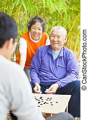 """manlig, seniors, vinna, a, kinesisk, stiga ombord leken, .""""weiqi"""""""